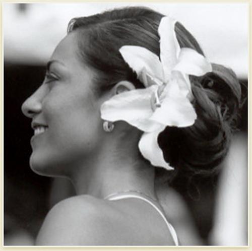Фотографии про прически с цветком в волосах.